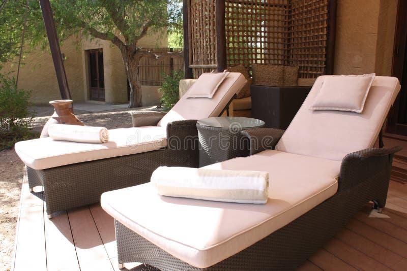 Cadeiras de sala de estar do Chaise no balcão imagem de stock royalty free