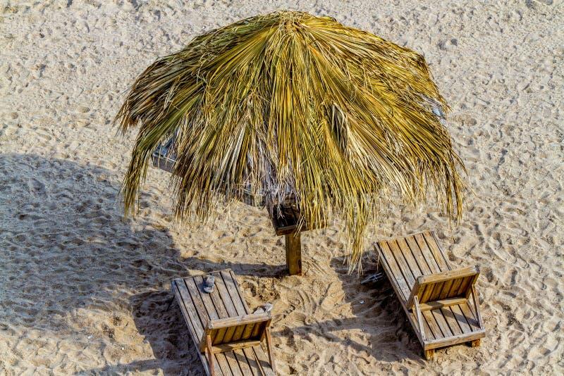 Cadeiras de sala de estar do verão, tabela, e máscara na praia imagens de stock royalty free