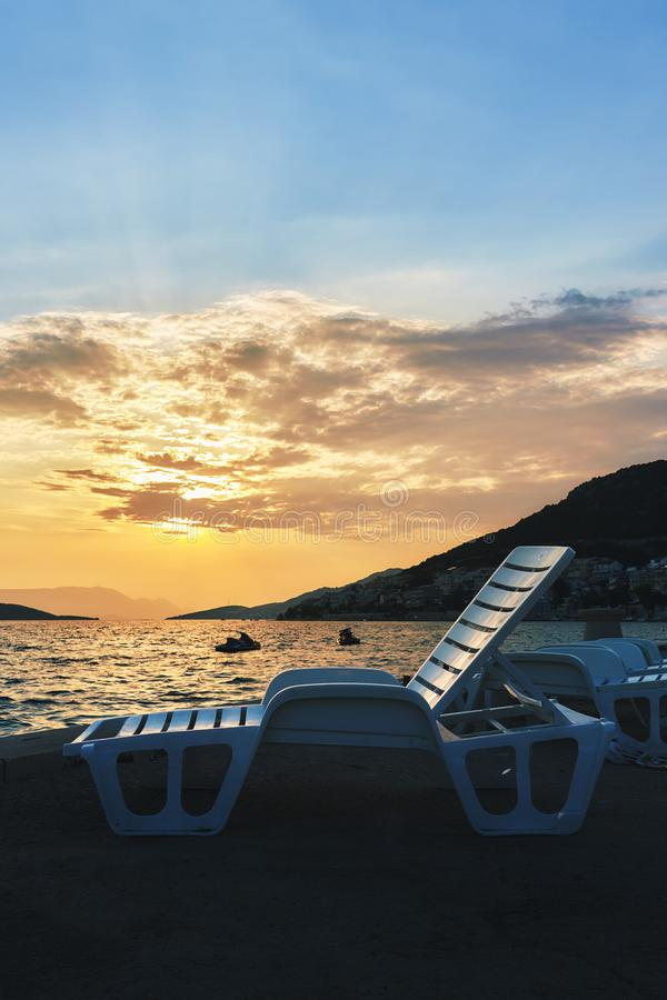 Cadeiras de sala de estar plásticas vazias da praia fotos de stock royalty free
