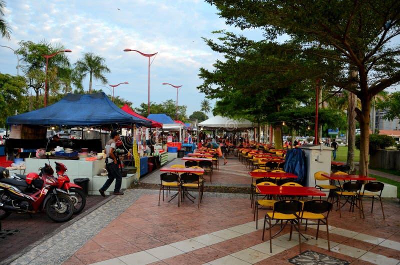 Cadeiras de tabelas e vendedores do vendedor ambulante na rua exterior Ipoh Malásia do alimento de Laboo imagens de stock