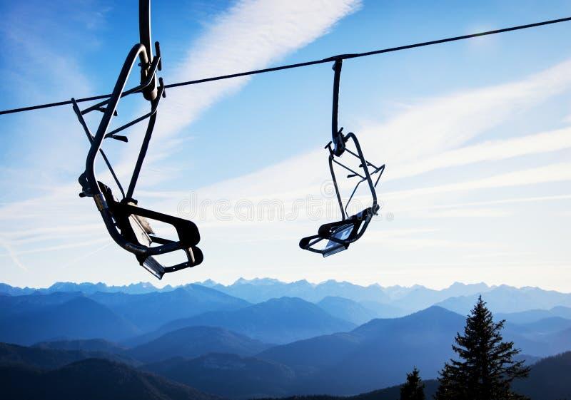 Cadeiras do elevador de esqui fotografia de stock royalty free