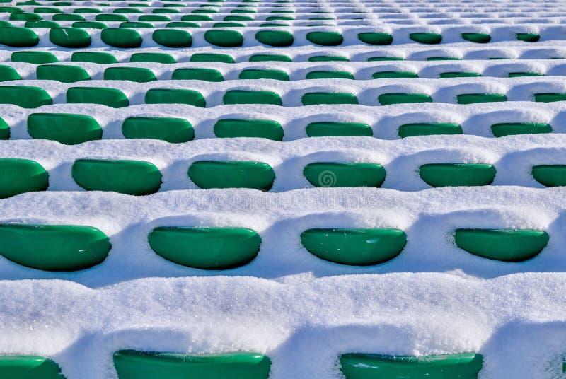Cadeiras do fundo no estádio, inverno foto de stock
