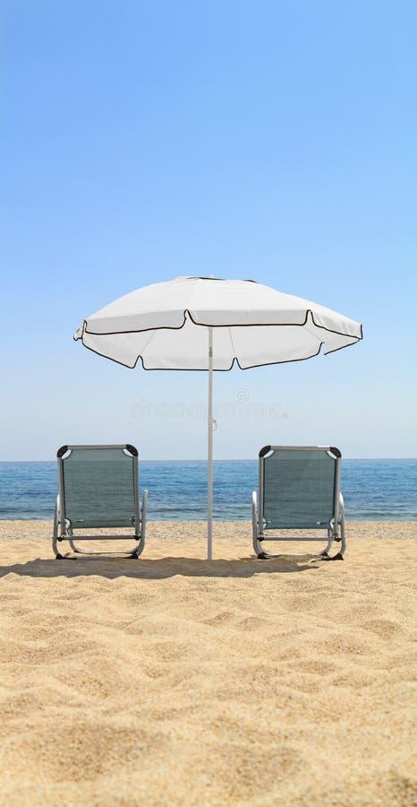 Download Cadeiras Do Guarda-chuva E De Sala De Estar Na Praia Idílico Foto de Stock - Imagem de lounge, console: 29832438