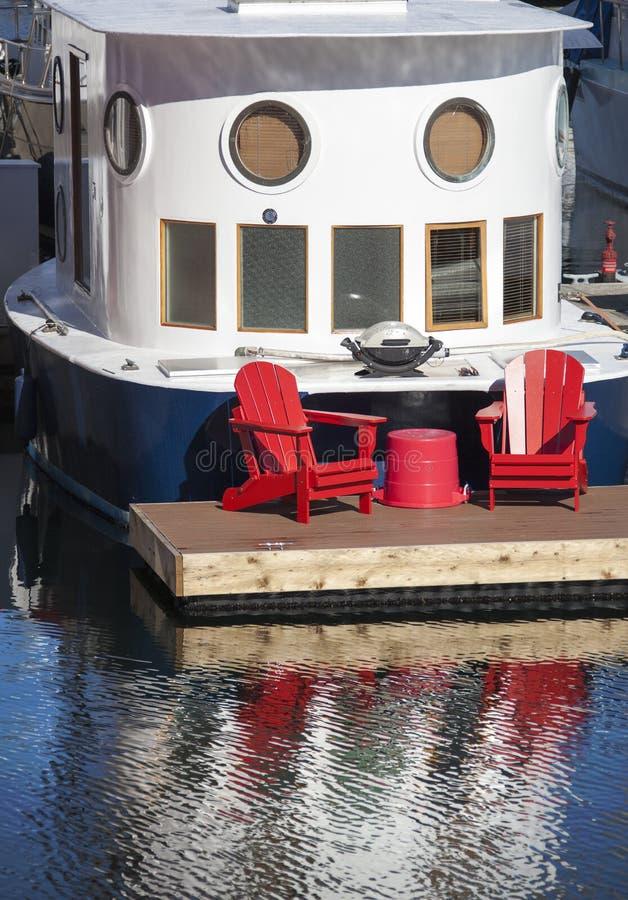 Cadeiras do vermelho do barco foto de stock