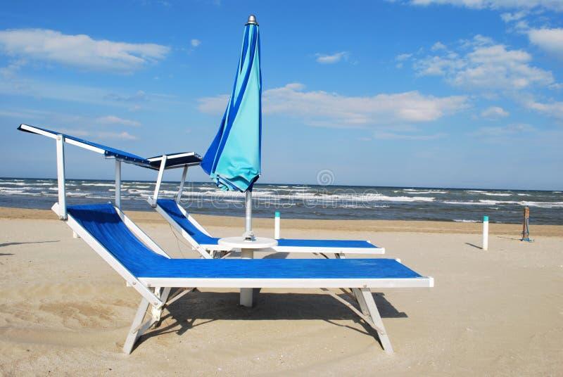 Download Cadeiras E Guarda-chuva De Praia Imagem de Stock - Imagem de amarelo, coastline: 16874913