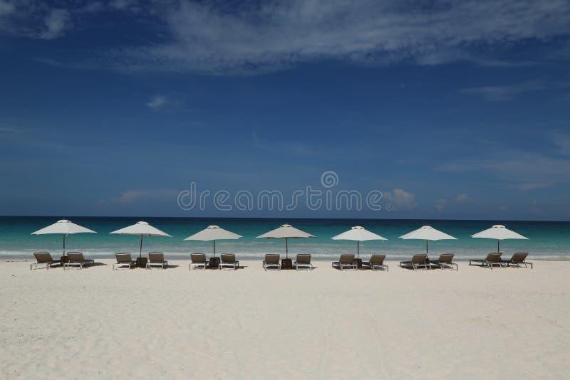 Cadeiras e guarda-chuva de praia em uma praia das caraíbas bonita na ilha do porto fotografia de stock royalty free