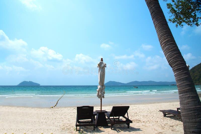 Cadeiras e guarda-chuvas de praia na praia bonita na ilha de Samed fotos de stock royalty free