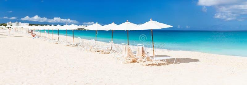 Cadeiras e guarda-chuvas na praia tropical imagem de stock royalty free