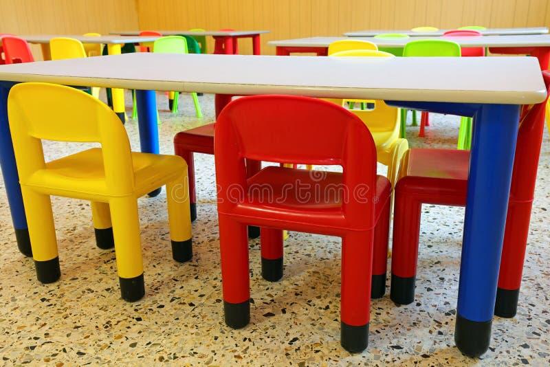cadeiras e mesas pequenas numa sala de refeitório de um jardim de infância foto de stock royalty free