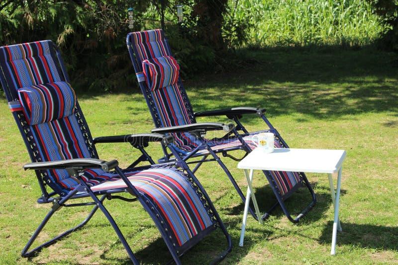 Cadeiras e tabela de plataforma foto de stock royalty free