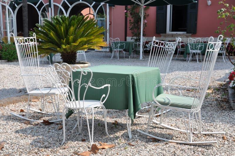 Cadeiras e tabela do café imagens de stock