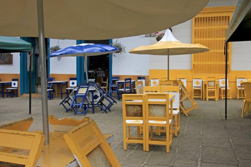 Cadeiras e tabelas coloridas da café-casa da parte traseira do couro na cidade colonial do EL Jardin Colômbia fotos de stock royalty free