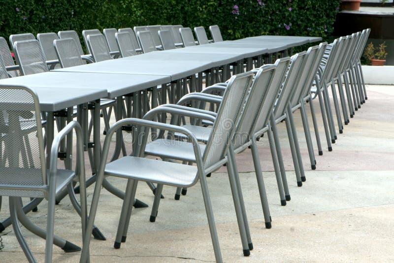 Cadeiras e tabelas de alumínio imagens de stock royalty free