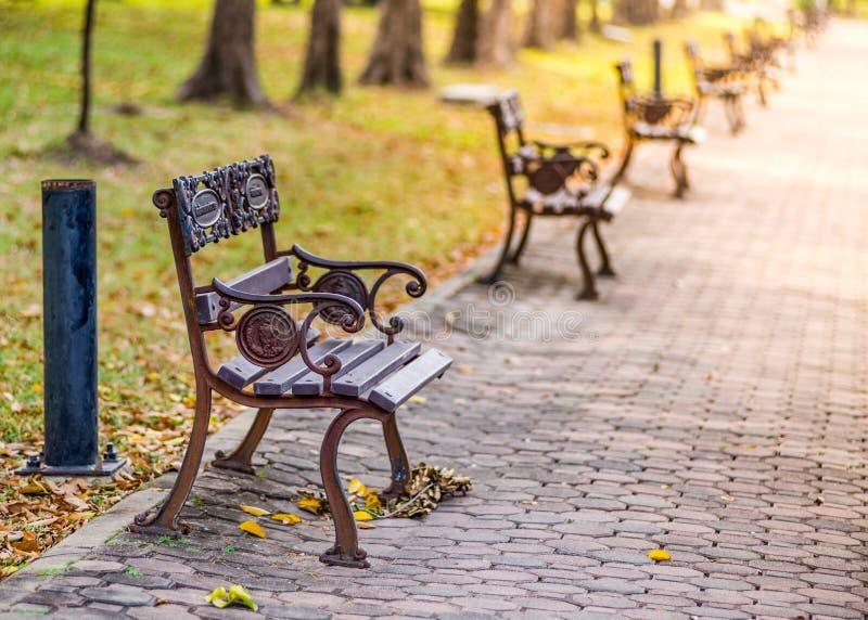 Cadeiras em público parque, Banguecoque imagens de stock royalty free