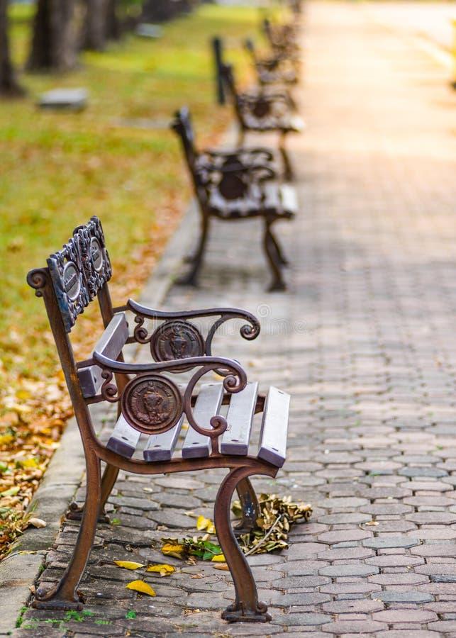 Cadeiras em público parque, Banguecoque foto de stock