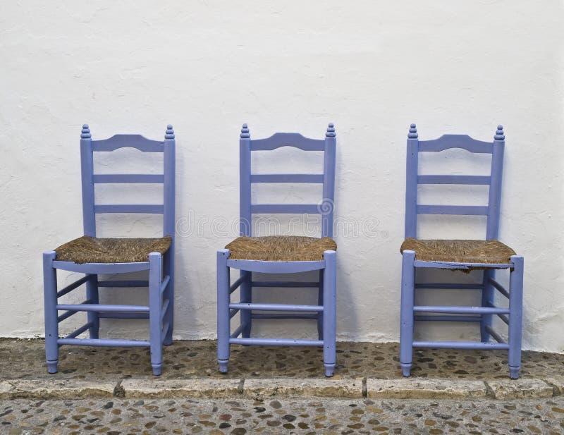 Cadeiras em uma rua andaluza típica fotografia de stock royalty free