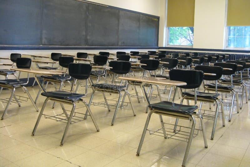 Cadeiras em uma sala de aula imagens de stock