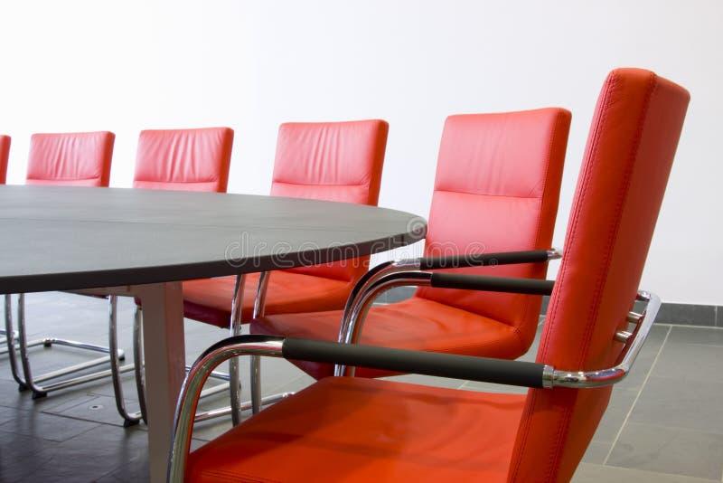 Cadeiras em uma sala de conferências fotos de stock