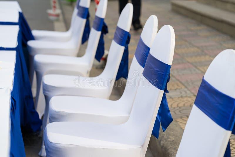 Cadeiras exteriores do convidado em um evento Cadeira exterior da celebração fotos de stock royalty free