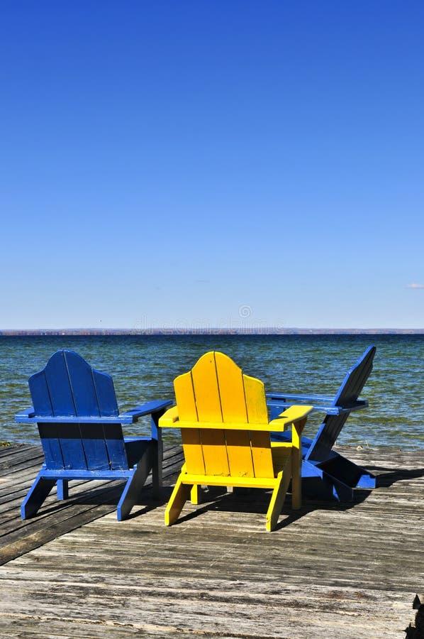 Cadeiras na doca de madeira no lago fotos de stock royalty free