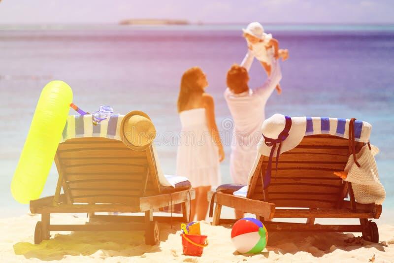 Cadeiras na praia tropical, férias da praia da família foto de stock