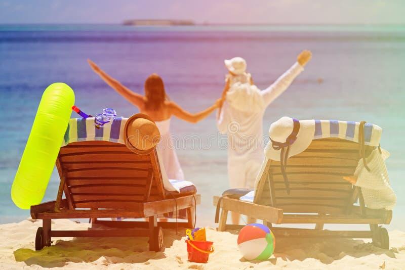 Cadeiras na praia tropical, férias em família imagens de stock royalty free