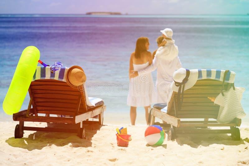 Cadeiras na praia tropical, férias em família fotos de stock