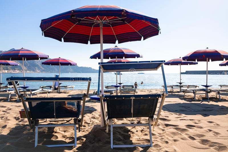 Cadeiras na praia urbana na cidade dos naxos do giardini fotos de stock