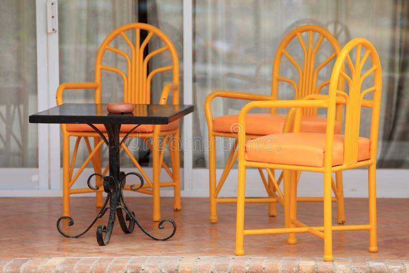 Cadeiras no pátio foto de stock