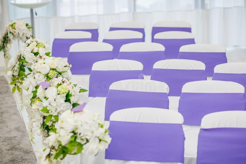 Cadeiras para o convidado no casamento imagem de stock royalty free