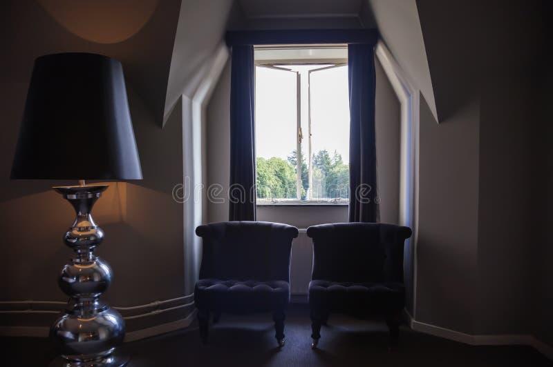 Cadeiras pela janela do hotel fotos de stock