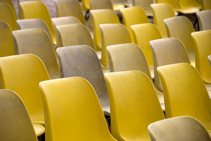Cadeiras plásticas amarelas fotografia de stock