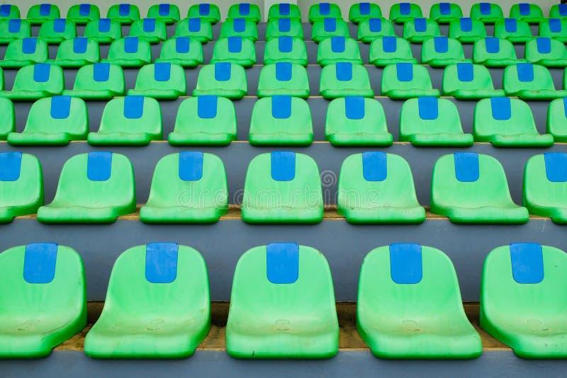 Cadeiras plásticas do verde do estádio do esporte em seguido imagens de stock royalty free