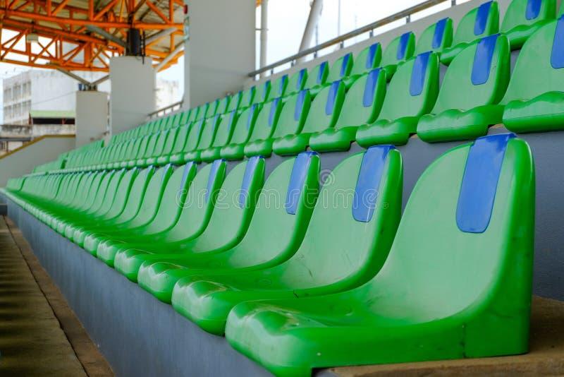 Cadeiras plásticas do verde do estádio do esporte em seguido fotografia de stock royalty free