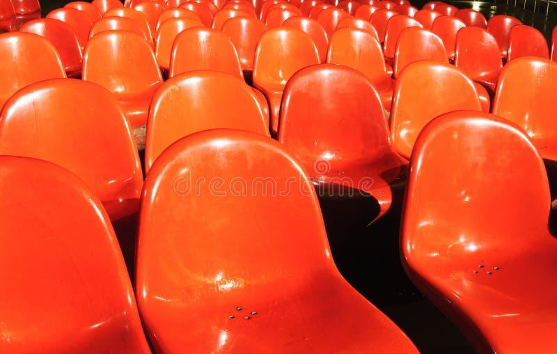 Cadeiras plásticas vermelhas imagem de stock