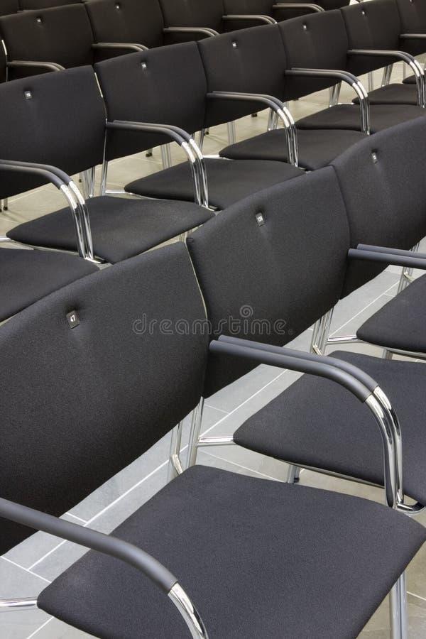 Cadeiras pretas em uma fileira foto de stock royalty free