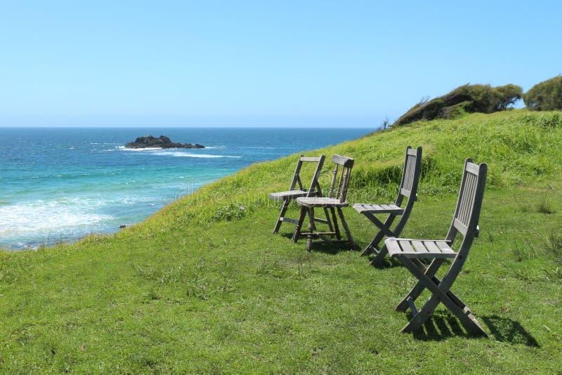 Cadeiras que negligenciam a costa australiana fotografia de stock royalty free