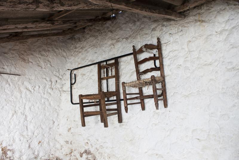 Cadeiras rústicas velhas de uma vila em Malaga imagem de stock royalty free