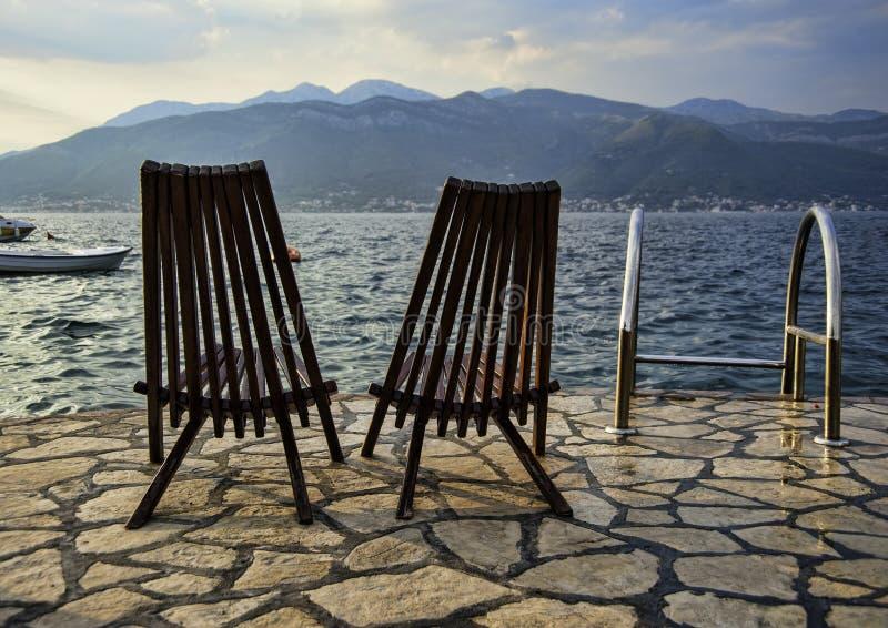 Cadeiras vagas na praia adriático foto de stock royalty free
