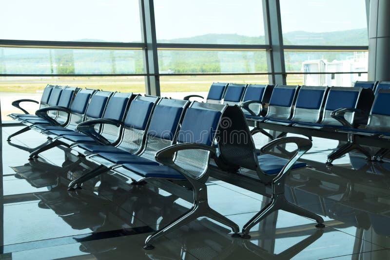 Cadeiras vazias no terminal de aeroporto foto de stock
