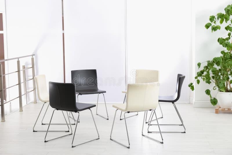 Cadeiras vazias preparadas para a sessão da psicoterapia do grupo imagem de stock royalty free