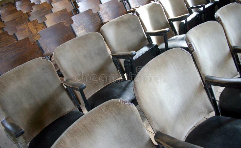 Cadeiras velhas da igreja nas fileiras fotos de stock