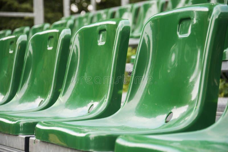 Cadeiras verdes do fã no estádio fotos de stock