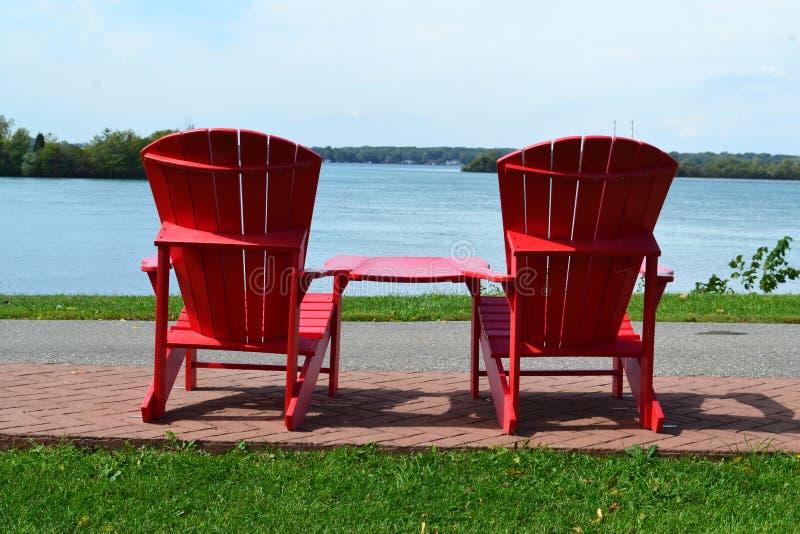 Cadeiras vermelhas do aridondack imagens de stock