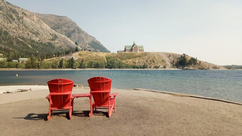 Cadeiras vermelhas no parque nacional de Waterton fotos de stock royalty free