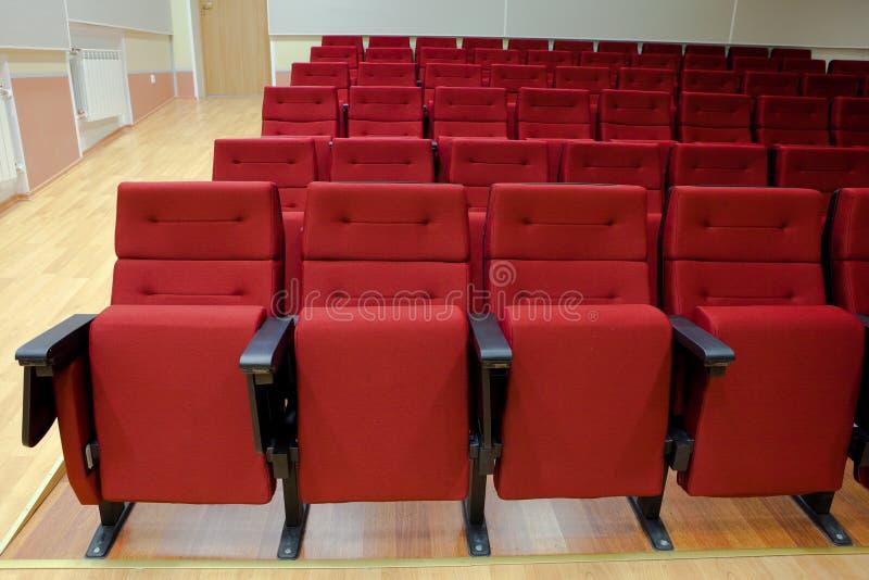 Cadeiras vermelhas no salão imagens de stock
