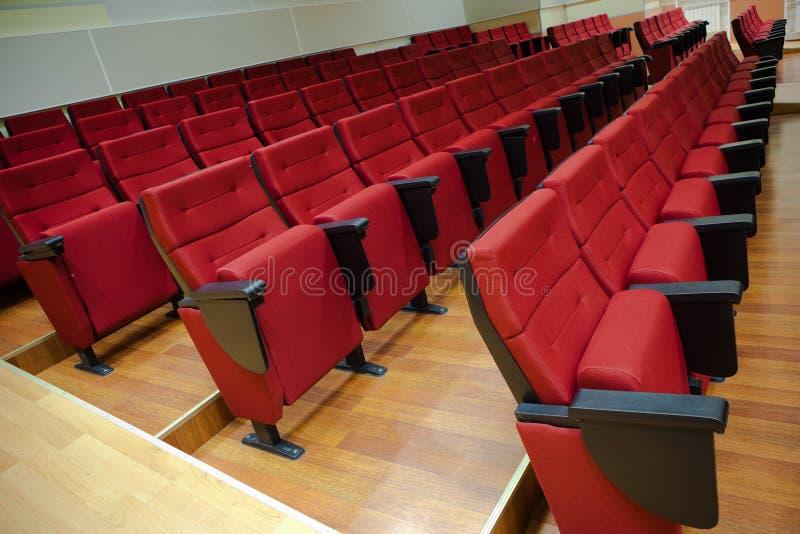 Cadeiras vermelhas no salão imagem de stock
