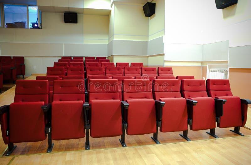 Cadeiras vermelhas no salão fotografia de stock royalty free