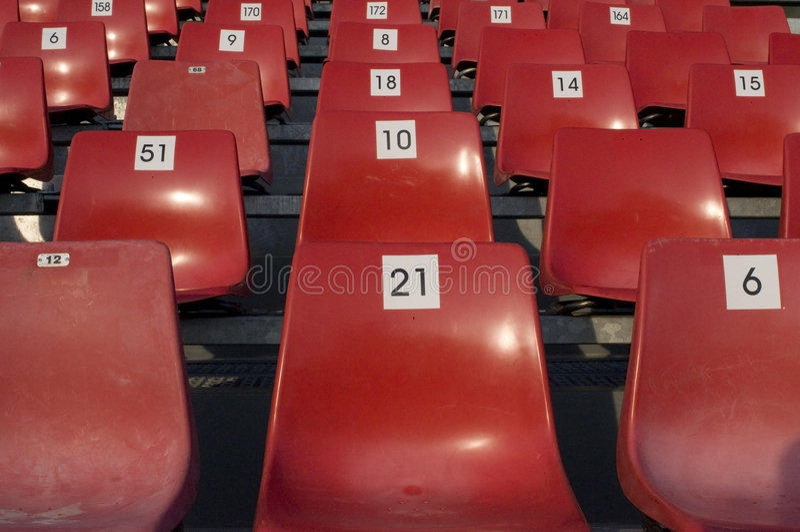 Cadeiras vermelhas plásticas imagens de stock