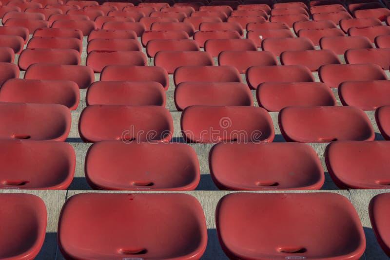Cadeiras vermelhas plásticas vazias imagens de stock royalty free